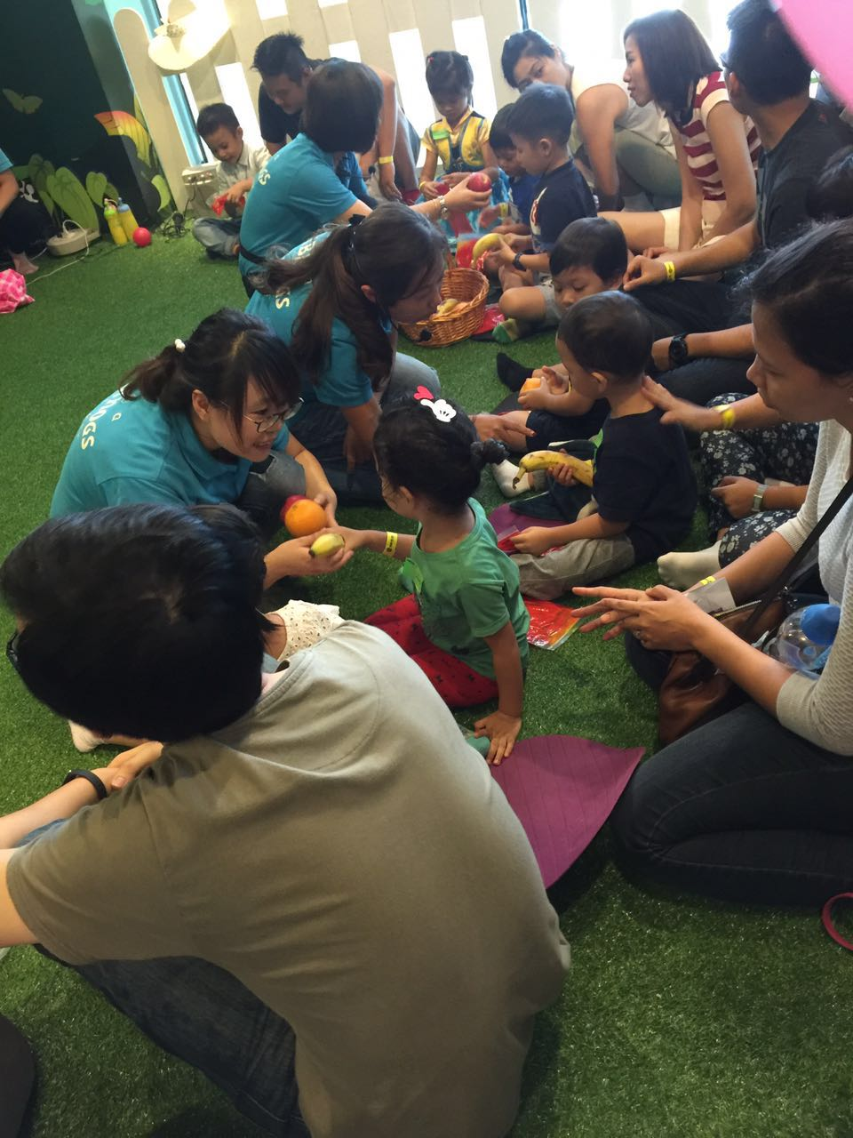 BibiNogs' Mandarin teachers engaged children and parents with exploration and hands-on craft activities